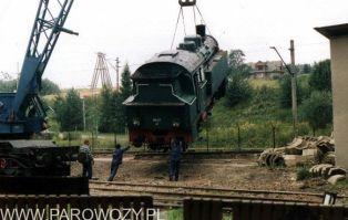 Stawianie parowozów na cokoły-OKl27-41. 25.VIII. 2000. Fot.: Miłosz Mazurek.