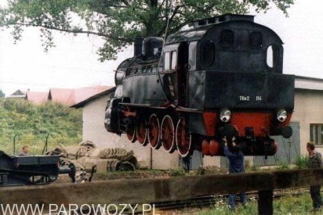 Stawianie parowozów na cokoły-TKw2-114. 25.VIII. 2000. Fot.: Miłosz Mazurek.