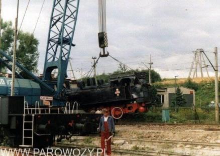 Stawianie parowozów na cokoły-TKh100-51. 25.VIII. 2000. Fot. Miłosz Mazurek