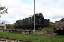 """Pług odśnieżny """"Henschel"""" z 1943. Silnik parowy, napędzał łopatki wirnika (150 obrotów na minutę) wyrzucając śnieg na odległość do 40 metrów. Pług posiada własny tender, zabudowany od góry. W czasie normalnej pracy pług wymagał popychu przez lokomotywę. W tym celu zamontowaną instalację świetlną służącą do komunikacji pomiędzy obsadą pługa a drużyną parowozową. Pług posiada kocioł z 1948 roku, nr fabryczny kotła 27158, ostatnia próba wodna 8.XII.1984 rok (nieczynny)."""