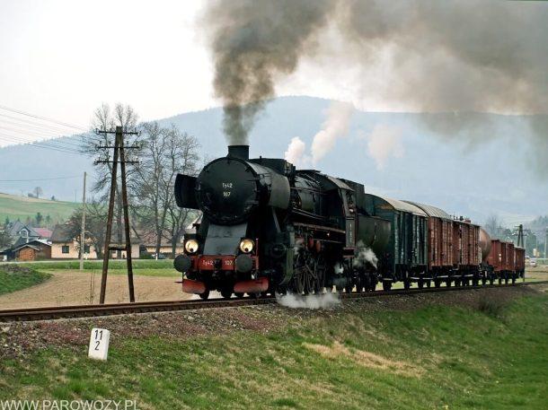 Ty42-107 z pociągiem nr 033300 Mszana Dolna Marki-Raba Niżna 6.04.2014. Fot.: Łukasz Alczewski.
