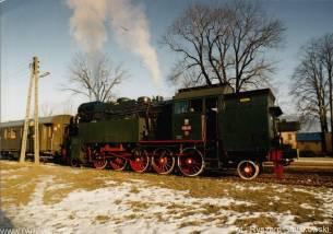 """OKz32-2 z pociągiem """"Olimpic Express"""" w Mszanie Dolnej. 13.02.1993. Fot.: Ryszard Smulkowski."""
