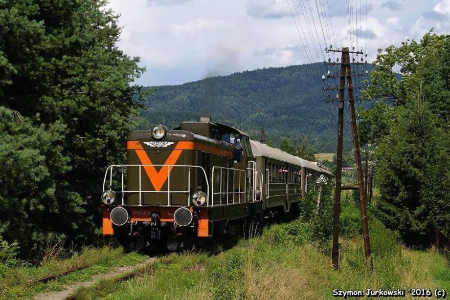 """SP42-260+wagony """"ryflaki"""" z pociągiem """"Transwersalny"""". 31.07.2016. Fot.: Szymon Jurkowski"""