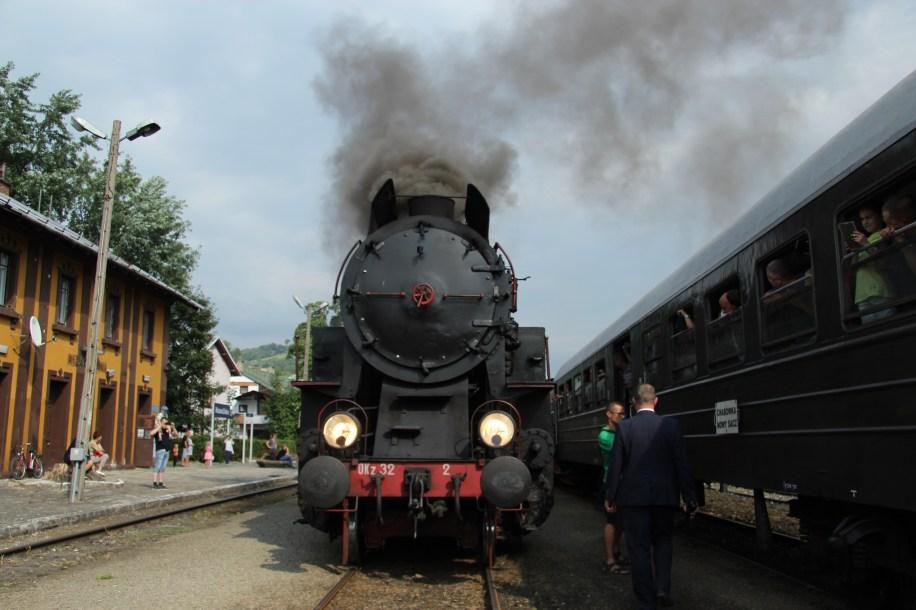 """Krzyżowanie pociągu """"Transwersalny"""" z pociągiem z parowozem Kasina Wielka-Chabówka. Fot.: Andrzej Drożdż"""