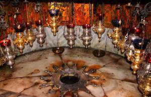 """Estrella de plata que señala el lugar del Nacimiento del Señor Jesús, en la Gruta de la """"Basílica de la Natividad"""", en la ciudad de Belén."""