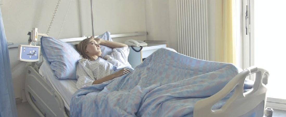 Una persona enferma ingresada en el hospital