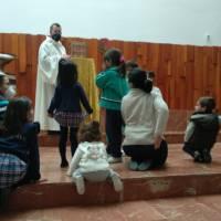 Niños delante del sagrario