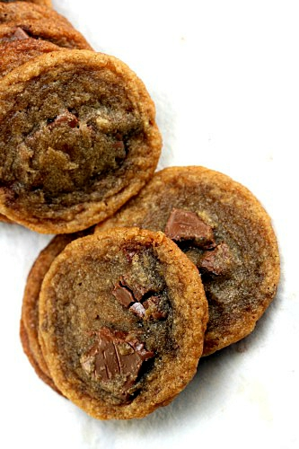 Brown Butter Milk Chocolate Melty Middle Cookies. Crispy and chewy gooey brown butter cookies with pools of milk chocolate throughout; oozing out of the middle when bitten. SO decadent and delicious! #cookies #milkchocolate #meltedmiddlecookies #brownbutter