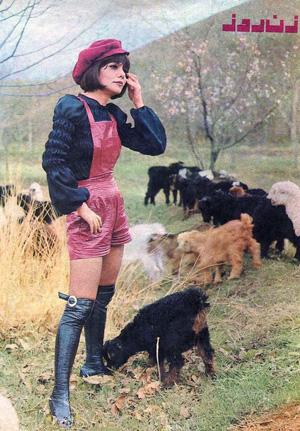 Singer Giti in shorts & boots