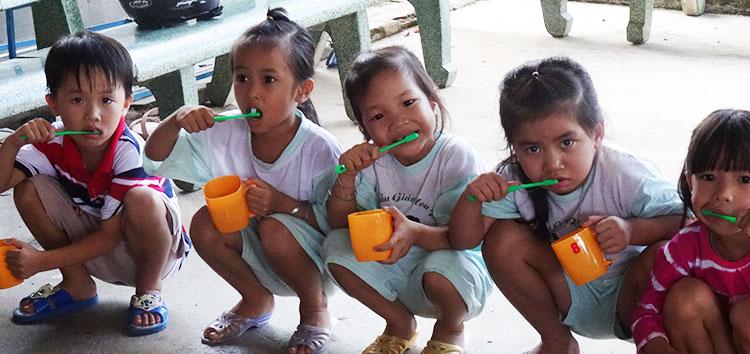 Écoliers Vietnamien se lavent les dents