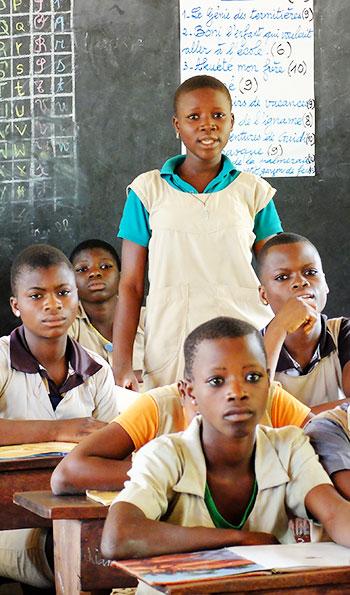Une jeune fille fait la lecture au Bénin