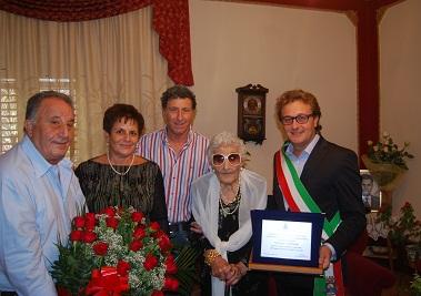 nella foto: la sig.ra Nicolina Occhipinti insieme al sindaco e ai figli