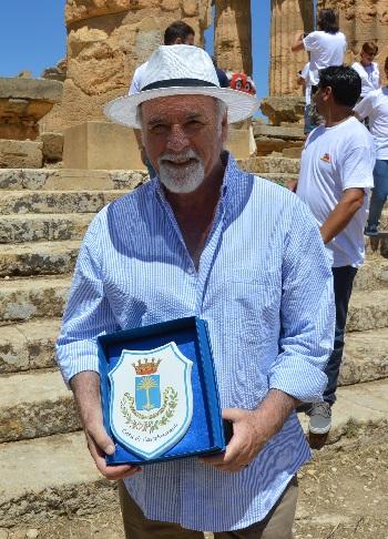 Antonio Ricci con il crest raffigurante la Palmosa Civitas