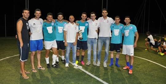 I giocatori dell'Islanda con gli organizzatori del torneo