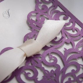 3.1_partecipazione laser viola con fiocco e interno bianco-particolare