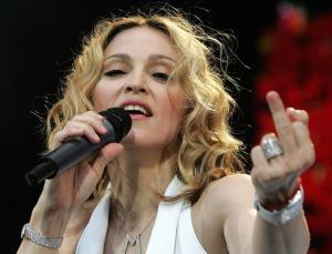 Madonna haciendo una peineta