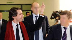 Aznar haciendo una peineta