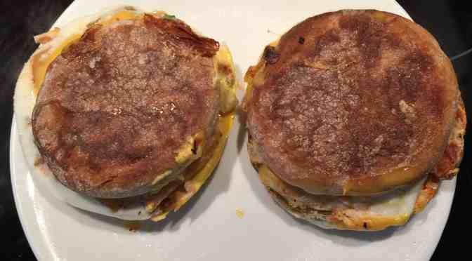 Un presse-sandwich petit-déjeuner double, c'est bon toute la journée