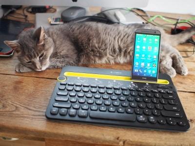 Clavier universel multidispositif k480 de Logitech sans fil Bluetooth sur mon bureau avec Timinou