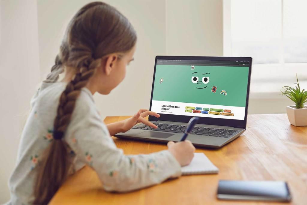Élève consulte nouveau site aide aux devoirs Alloprof