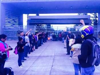 estudiantes mano alto