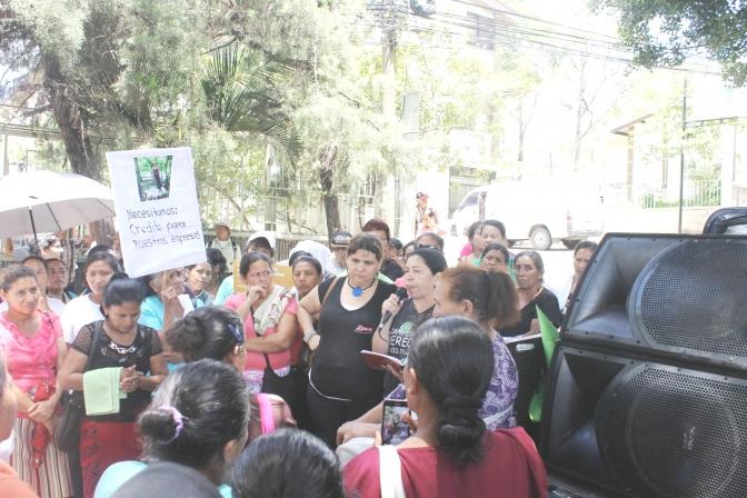 Gobierno le sigue dando largas para aprobar  créditos a las mujeres rurales