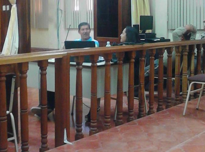 Gilberto Gálvez junto a su abogada esperan el fallo del tribunal