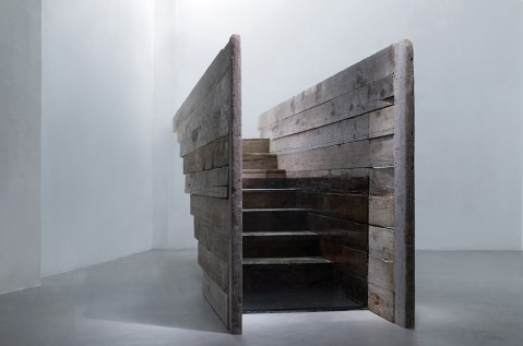 """Andrea Santarlasci, """"Sotto di noi, immobile, scende il tempo dell'acqua"""", 2015 nstallazione, legno, vetro, resina, ferro, specchio e acqua, 135 x 464 x 82 cm"""