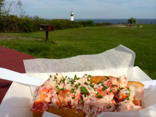 Bite into Maine obster roll