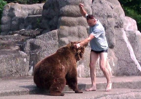L'homme s'est défendu en frappant l'animal.