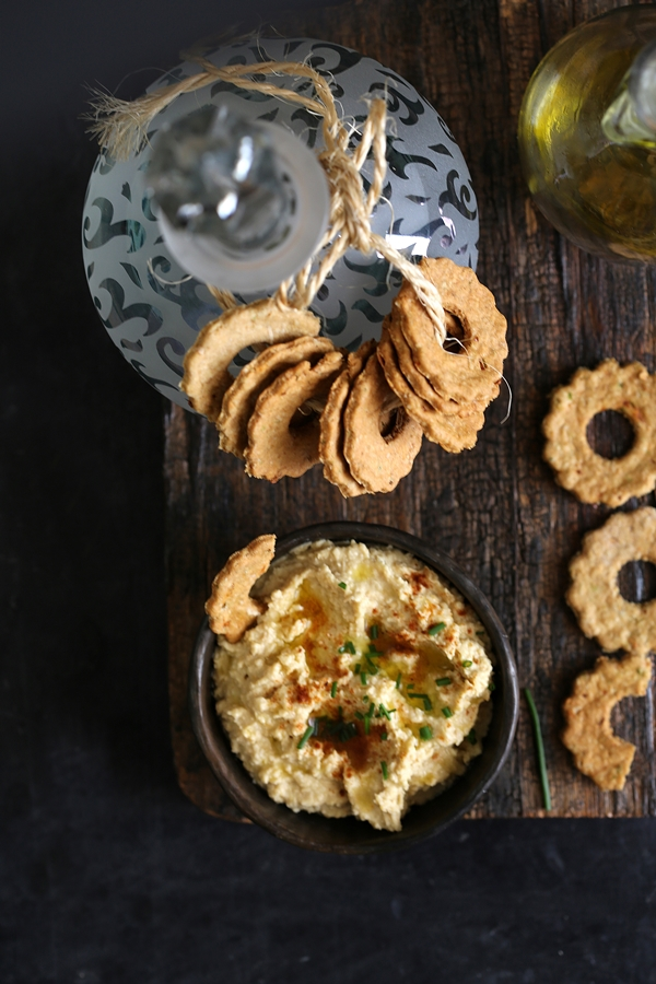 Oat & Wheat Cheese Crackers & Hummus