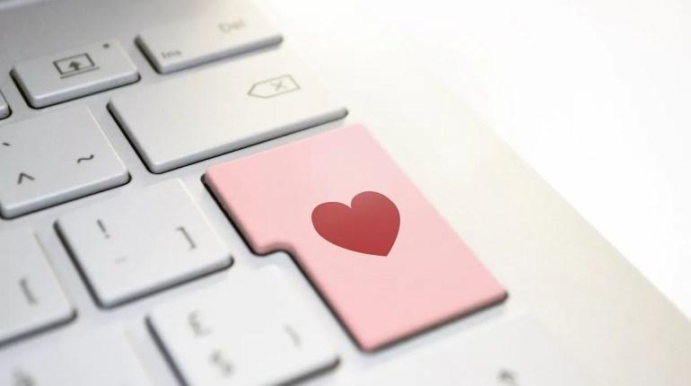 Quelles sont les astuces indéniables pour vivre une relation amoureuse via le web