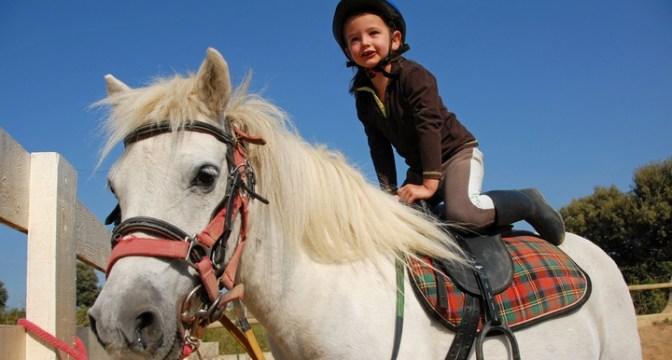 foto_bambina_che_salta_su_cavallo