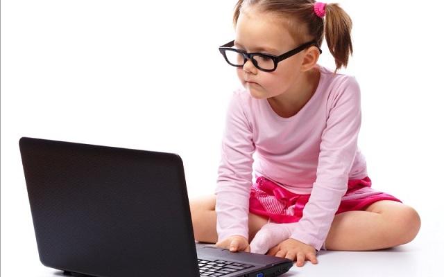 bambina e computer