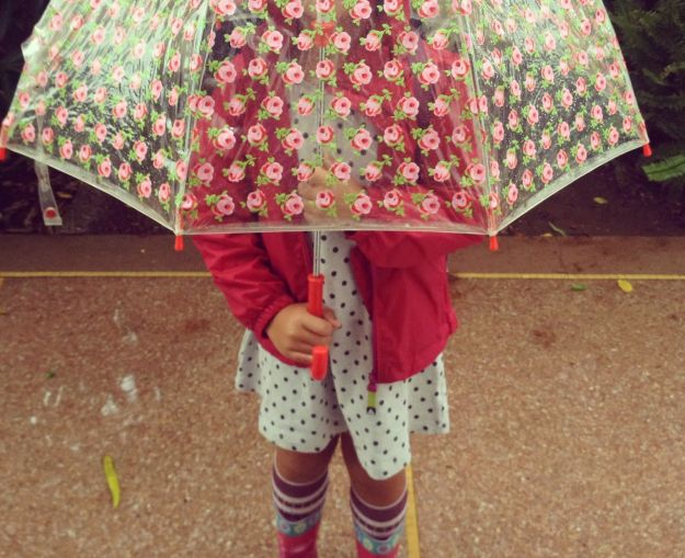 bambina_sotto_ombrello