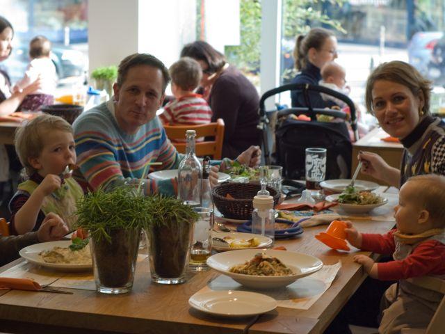 famiglia_fuori_a_pranzo