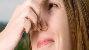 foto_cattivi odori_donna tappa il naso
