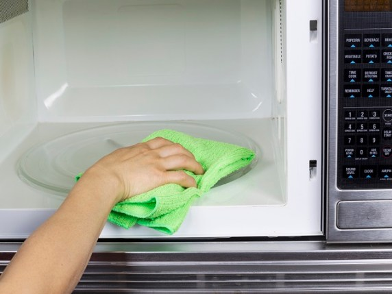 come pulire il forno a microonde