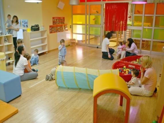 L'intelligenza dei bambini si sviluppa frequentando al nido o a casa con i nonni e baby sitter