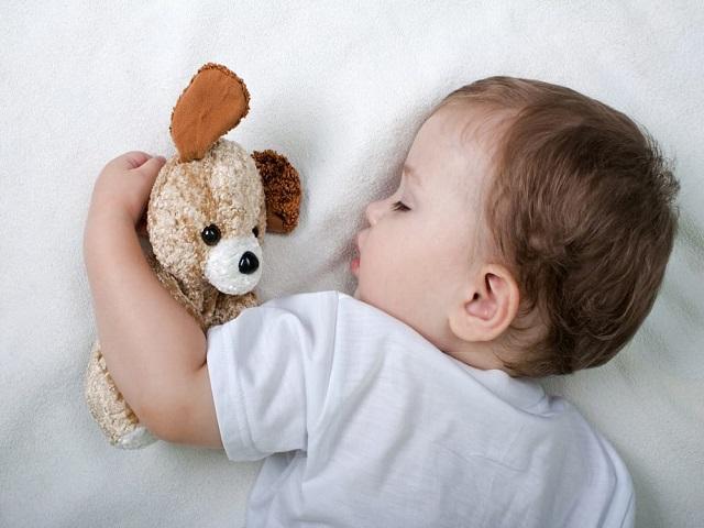 Guardare la televisione prima di andare a dormire fa male ai bambini
