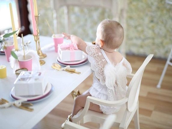 bambina vestita da angelo