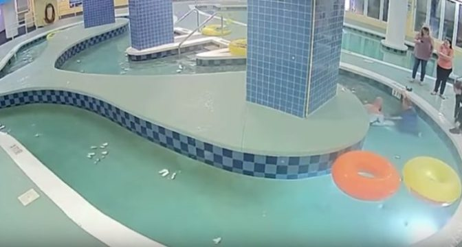 Bimbo intrappolato sott'acqua