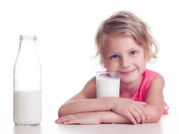 foto_bambini_bevono_latte
