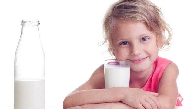 bambini bevono latte