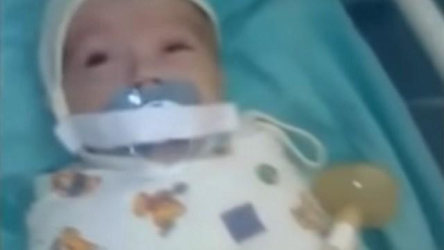 foto neonato con ciuccio attaccato con scotch