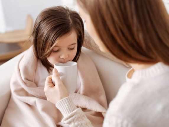 foto bambina influenzata che beve