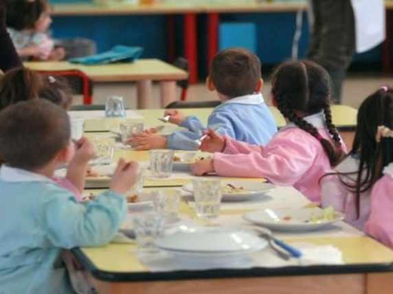 foto bambini a mensa