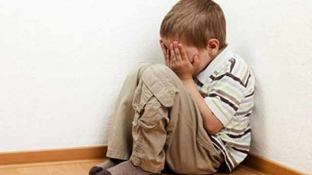 foto bambino rannicchiato