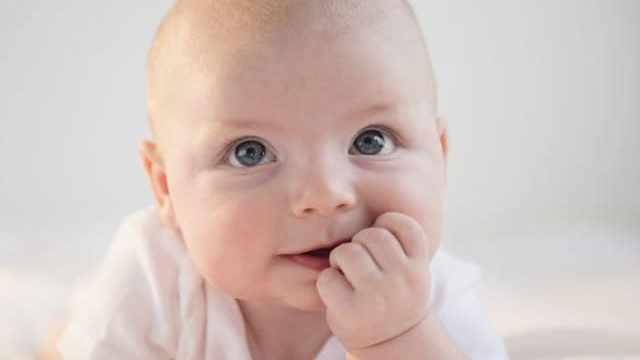foto neonato pensieroso
