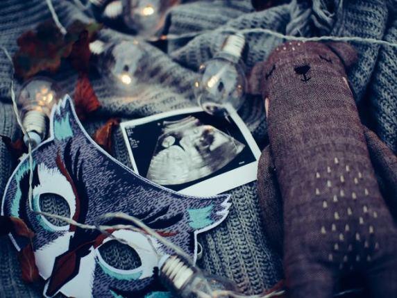 Foto oggetti da bambino ed ecografia